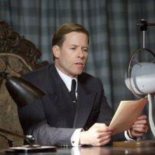 Guy Pearce in una scena del film The King's Speech