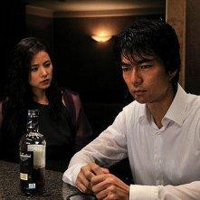 Manami Konishi e Tôru Nakamura in una scena del film Strangers in the City