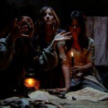 Marysia Kay, Anna Tolputt e Gabrielle Douglas in un'immagine dell'horror The Scar Crow