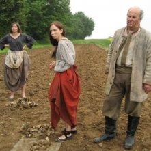 Marysia Kay e Gabrielle Douglas con Andrew Bolton in un'immagine dell'horror The Scar Crow