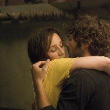 l'abbraccio tra Pio Marmaï con Kristin Scott Thomas nel film Contre toi