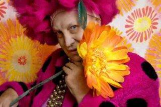 Un colorato ritratto di Marcella Di Folco.