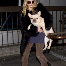 Ashley Olsen porta un grosso cane con lei