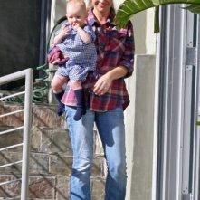 Rebecca Gayheart e la figlia Beatrice in cima alla scalinata di casa