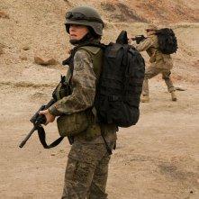 Il Tenente James (Julia Anderson) ispeziona la zona nell'episodio Malice di Stargate Universe