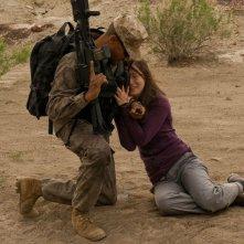Jamil Walker Smith soccorre Jennifer Spence in una scena dell'episodio Malice di Stargate Universe