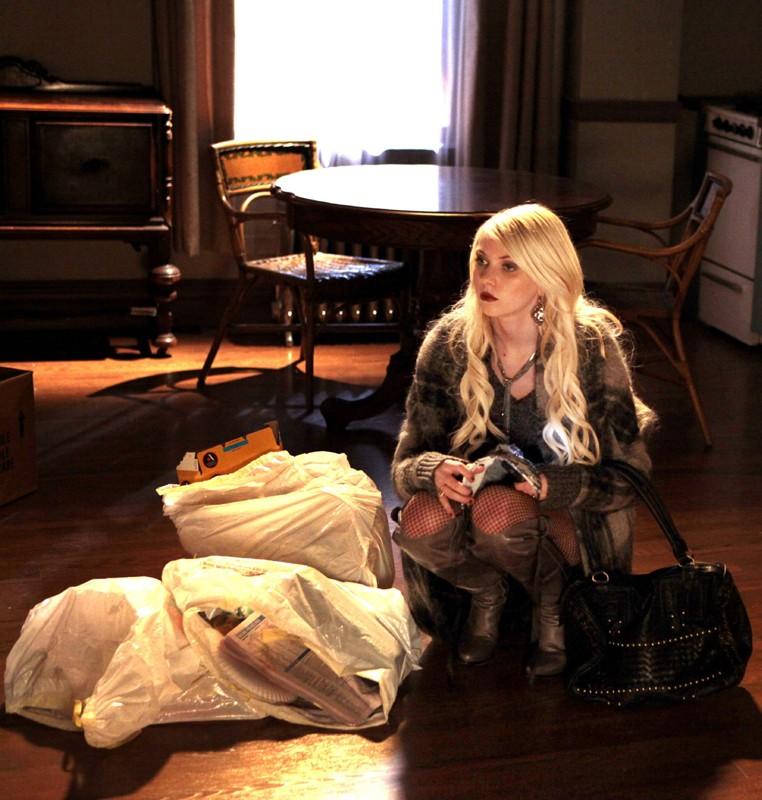 Jenny Taylor Momsen Accucciata E Pensierosa In Un Momento Dell Episodio Gaslit Di Gossip Girl 184691