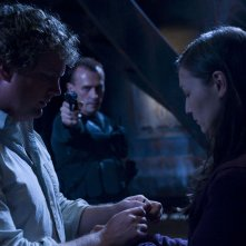 Patrick Gilmore e Jennifer Spence minacciati da Robert Knepper nell'episodio Malice di Stargate Universe