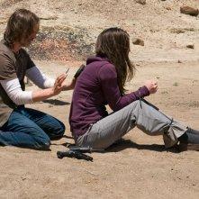 Robert Carlyle cerca di aiutare Jennifer Spence nell'episodio Malice di Stargate Universe