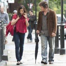 Freida Pinto e Josh Brolin in una scena del film You Will Meet a Tall Dark Stranger