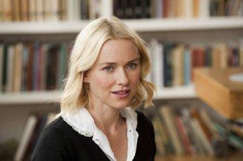 Naomi Watts in un'immagine della commedia You Will Meet a Tall Dark Stranger