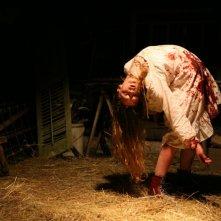 Ashley Bell in un'immagine inquietante nell'horror The Last Exorcism