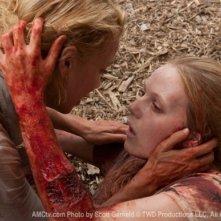 Laurie Holden e Emma Bell in una scena dell'episodio Wildfire di The Walking Dead