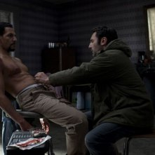 Roschdy Zem e Gilles Lellouche in una sequenza del thriller À bout portant