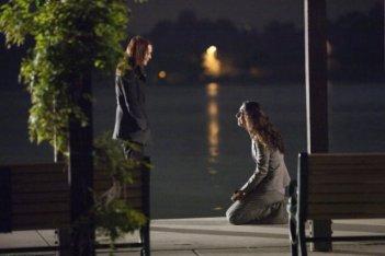 Laura Innes e Necar Zadegan in un momento drammatico dell'episodio Your World to Take di The Event