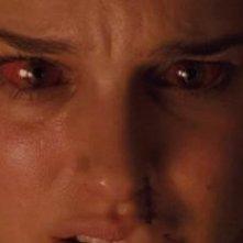 Natalie Portman in un inquietante primo piano nel thriller Black Swan