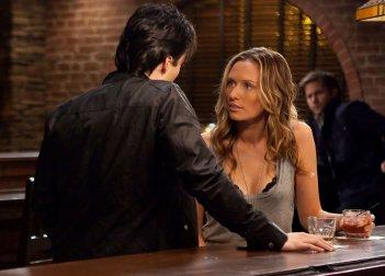 Damon (Ian Somerhalder) parla con Jules (Michaela McManus) in By the Light of the Moon di Vampire Diaries