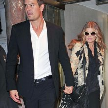 Josh Duhamel con Fergie mentre lasciano la Billboard's Women of the Year Award a New York