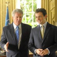 Dennis Quaid e Michael Sheen in una sequenza del film I due presidenti