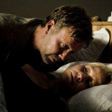 Mikael Persbrandt con Trine Dyrholm in una scena di In un mondo migliore