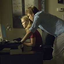 Julia Stiles e Michael C. Hall in una scena dell'episodio Hop a Freighter di Dexter