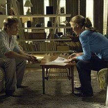 Michael C. Hall e Julia Stiles in una scena dell'episodio In the Beginning della quinta stagione di Dexter