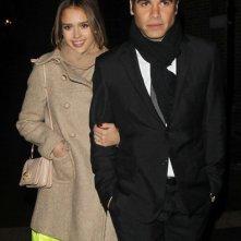 Jessica Alba cammina a braccetto con il marito Cash Warren a Londra