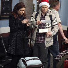 Joanna Garcia e Jake Lacy in Better With You nell'episodio Better With Christmas Crap