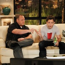 Will Sasso e Jonathan Sadowski in $#*! My Dad Says nell'episodio The Manly Thing To Do