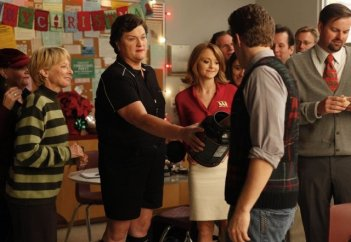 Dot Jones, Matthew Morrison e Jayma Mays in una scena dell'episodio A Very Glee Christmas di Glee