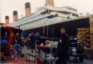 Il make up artist Giulio Pezza sul set del film Titanic, di James Cameron