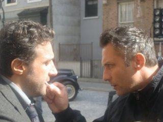 Il truccatore Giulio Pezza con Flavio Insinna sul set della serie tv Ho sposato uno sbirro