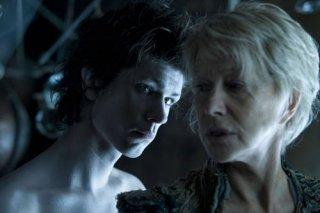 Ben Whishaw con Helen Mirren in una suggestiva scena del film The Tempest