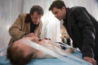 John Noble e Joshua Jackson nell'episodio Marionette di Fringe
