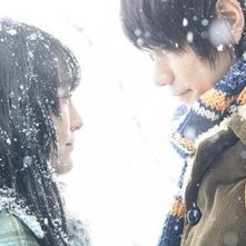 Una dolce immagine di Ken'ichi Matsuyama e Rinko Kikuchi dal film Norwegian Wood