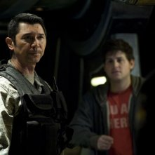 Lou Diamond Phillips con alle spalle David Blue nell'episodio Resurgence di Stargate Universe
