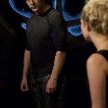 Varro (Mike Dopud) parla con T.J. (Alaina Kalanj) nell'episodio Resurgence di Stargate Universe