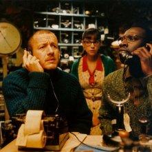 Dany Boon con Omar Sy e Marie-Julie Baup (al centro) in una scena del film L'esplosivo piano di Bazil
