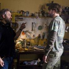 John Krasinski con il regista Sam Mendes sul set del film Away We Go