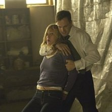 Julia Stiles e Jonny Lee Miller in una drammatica scena dell'episodio The Big One di Dexter