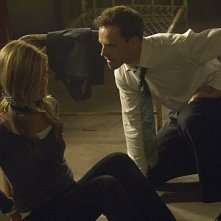Julia Stiles e Jonny Lee Miller in una scena molto tesa dell'episodio The Big One di Dexter