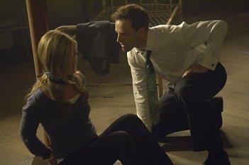 Julia Stiles e Jonny Lee Miller in una scena molto tesa dell'episodio The Big One di Dexter