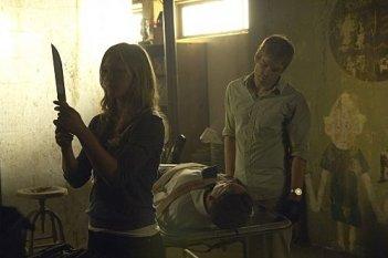 Julia Stiles, Jonny Lee Miller e Michael C. Hall in una scena dell'episodio The Big One di Dexter