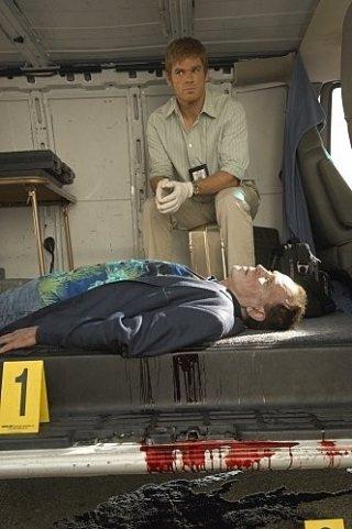 Michael C. Hall e Peter Weller in una sequenza dell'episodio The Big One di Dexter