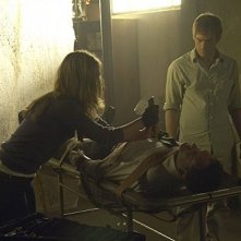 Michael C. Hall, Julia Stiles e Jonny Lee Miller in una scena dell'episodio The Big One di Dexter