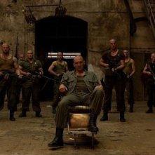 Ralph Fiennes (al centro) nel film Coriolanus