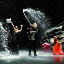 Secchiate d'acqua coreografiche in una sequenza del film 'Pina'