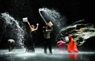 Secchiate d'acqua coreografiche in una sequenza del film 'Pina'