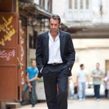 Jean Dujardin in una immagine tratta dal film Un balcon sur la mer