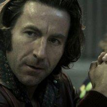 Antonio de la Torre e Carolina Bang in una scena del film Balada triste de trompeta